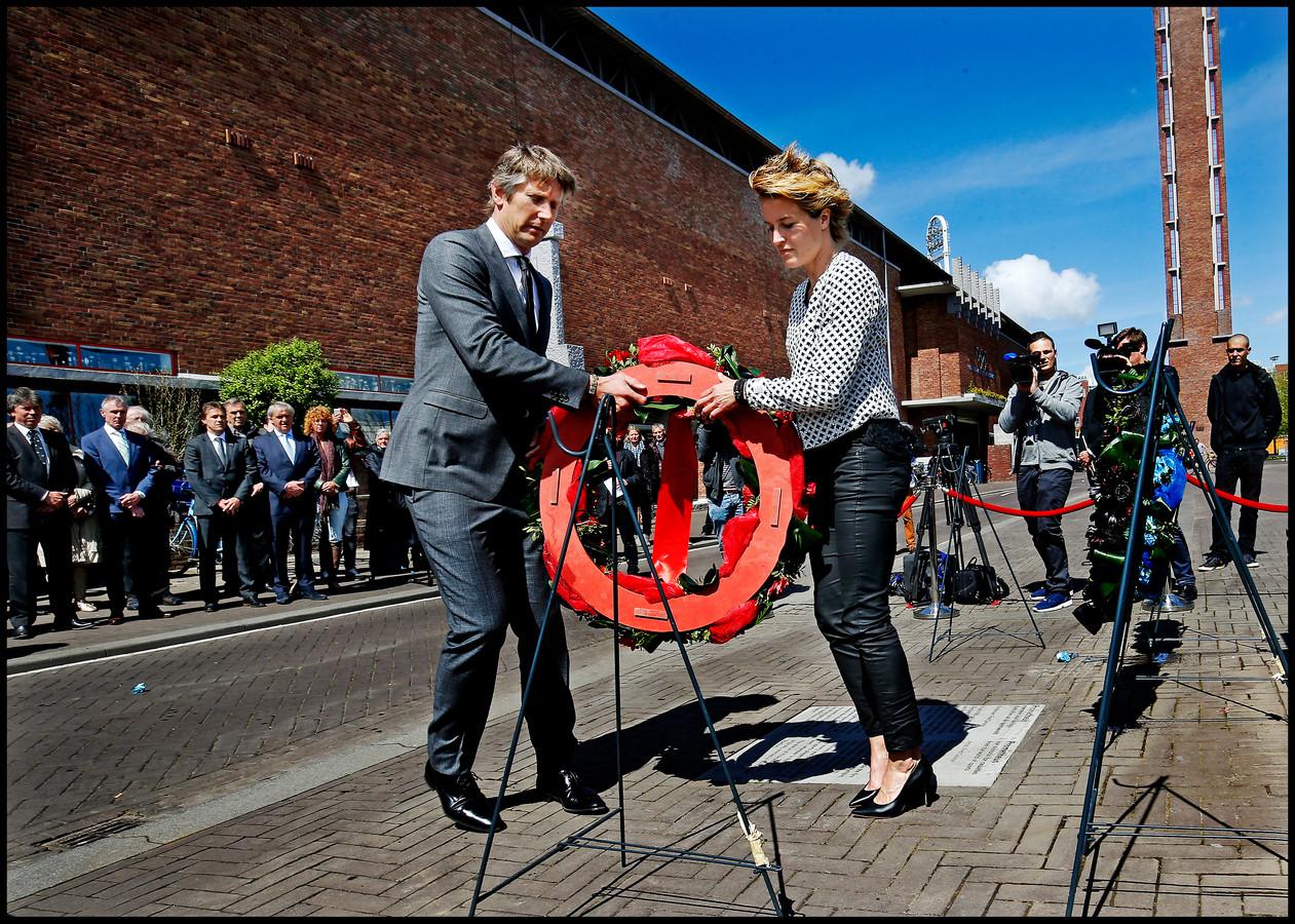 Vorig jaar legden Daphe Koster en Edwin van der Sar namens Ajax een krans.