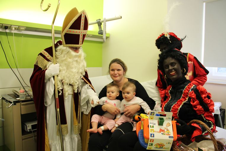Deze tweelingzusjes krijgen een cadeautje van de Sint en de Zwarte Pieten.