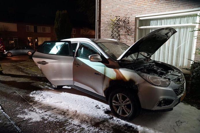 Aan de voor- en achterkant van de auto waren brandhaarde