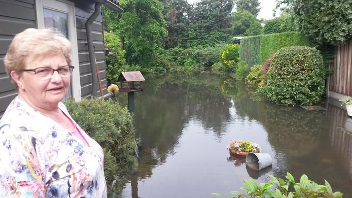 Bewoonster An van Eijk is niet blij met de wateroverlast in haar tuin in Someren.