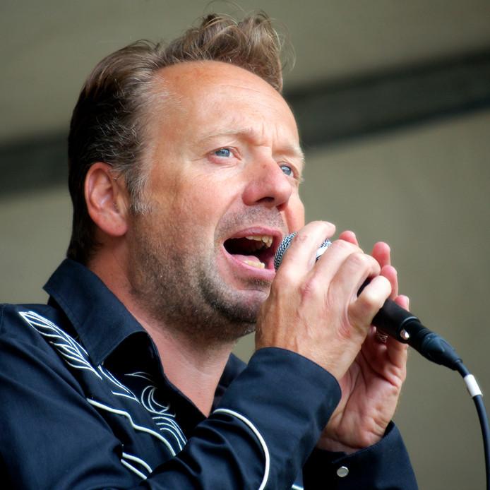 Joris Linssen is geboren in Nijmegen. Hij is vooral bekend van televisieprogramma's als 'Hello, goodbye' en Showroom. In Nijmegen treedt hij op met zijn band de Caramba's.