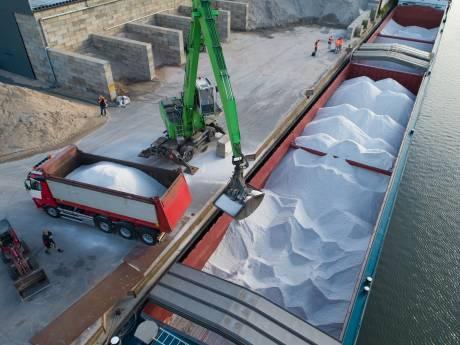 Schip brengt reusachtige hoeveelheid strooizout naar Kampen op tropische dag