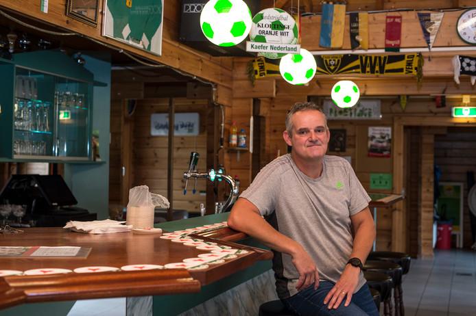 Clubheld Toon aan 'zijn' bar bij Kloetinge.
