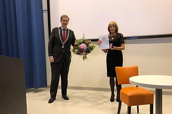 Burgemeester Wouter Kolff van Dordrecht heeft de Johan de Witt-speld uitgereikt aan ziekenhuisapotheker Hetty Dieleman.