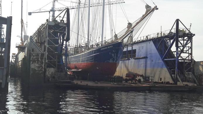 De driemaster Rembrandt van Rijn in dok bij scheepswerf De Schroef in Sluiskil.