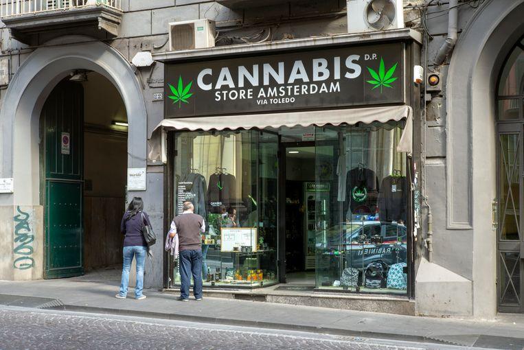 Cannabis Store Amsterdam in het centrum van Napels verkoopt eetbare cannabis items.  Beeld null