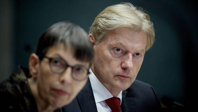 Staatssecretaris Martin Rijn (rechts) en staatssecretaris Jetta Klijnsma tijdens het debat in de Tweede Kamer over de aanhoudende betalingsproblemen met het persoonsgebonden budget (pgb).