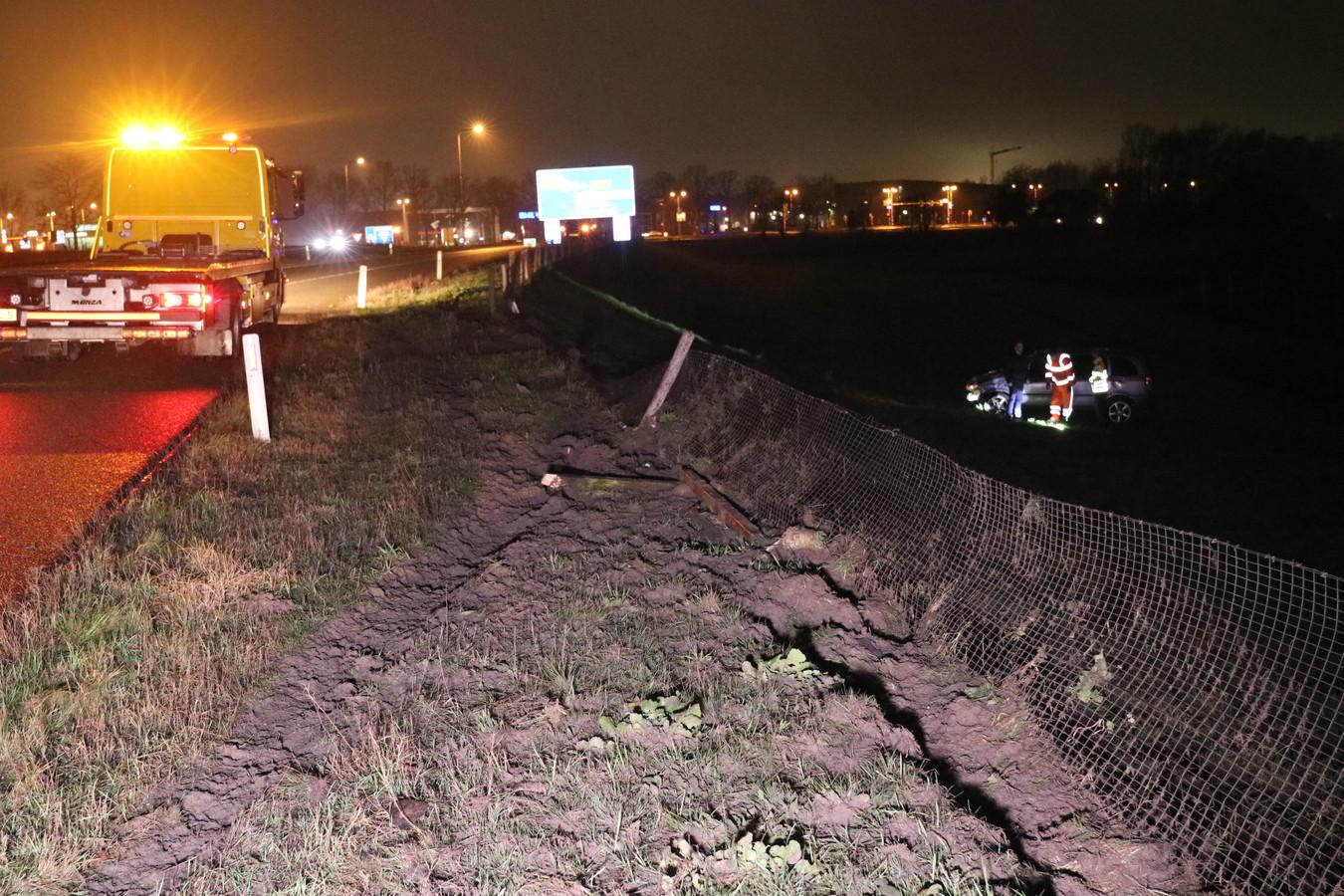 De man reed door onbekende oorzaak van de afrit van de A30 en kwam in een weiland tot stilstand.