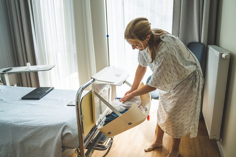 Patiënten kunnen hun persoonlijke spullen achterlaten in de 'reiskoffer' aan het ziekenhuisbed.