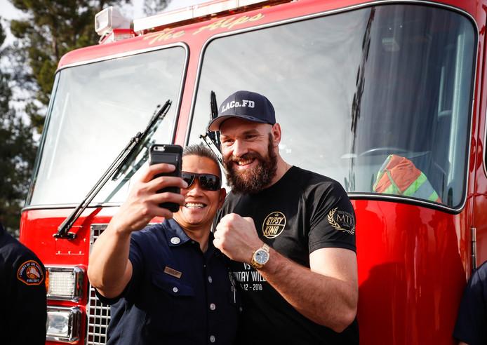 Tyson Fury ontmoet brandweerlieden in LA