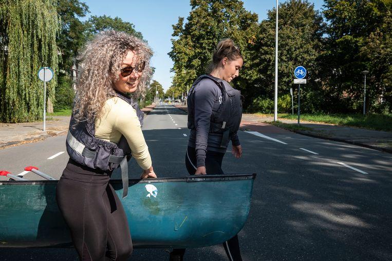 In Nieuwendam moeten de kano's over de dijk worden getild. Beeld Dingena Mol