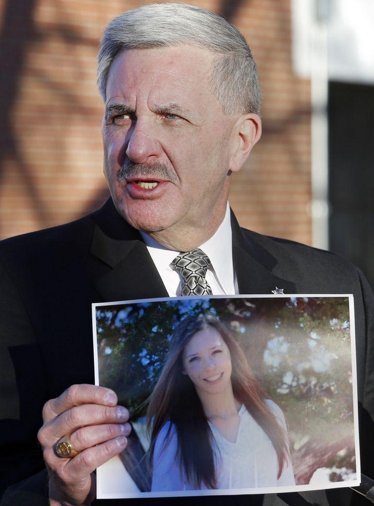 De sheriff van Arapahoe County, Grayson Robinson, toont tijdens een persconferentie een foto van de neergeschoten scholiere Claire Davis. Beeld ap