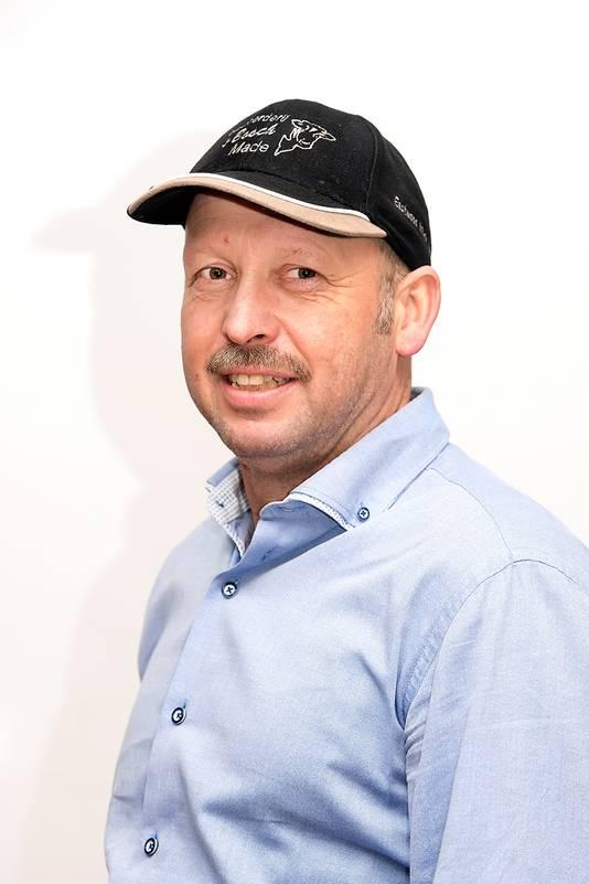 Erik van Oosterhout (49) uit Made is boer sinds 1988. Hij is mede-eigenaar, belast met verzorging van de koeien en bewerken van het land.
