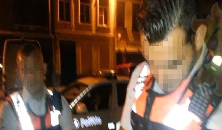 Twee van de vervolgde agenten in actie.