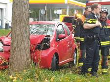 Auto vliegt uit de bocht en rijdt tegen een boom