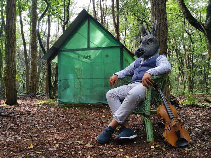Midsummer Madness speelt zich af in een woud, in dit geval bij de boshut die dichter en verzetsstrijder Sonja Prins bewoonde.