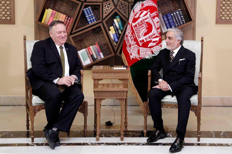 De Amerikaanse minister van Buitenlandse Zaken Mike Pompeo (links) met Abdullah Abdullah, de belangrijkste politieke rivaal  van de Afghaanse president Ashraf Ghani, in het Sepidar-paleis  in Kaboel. Beeld null