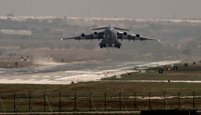 Een Amerikaans militair toestel vertrekt van de luchtmachtbasis in Incirlik. Beeld null