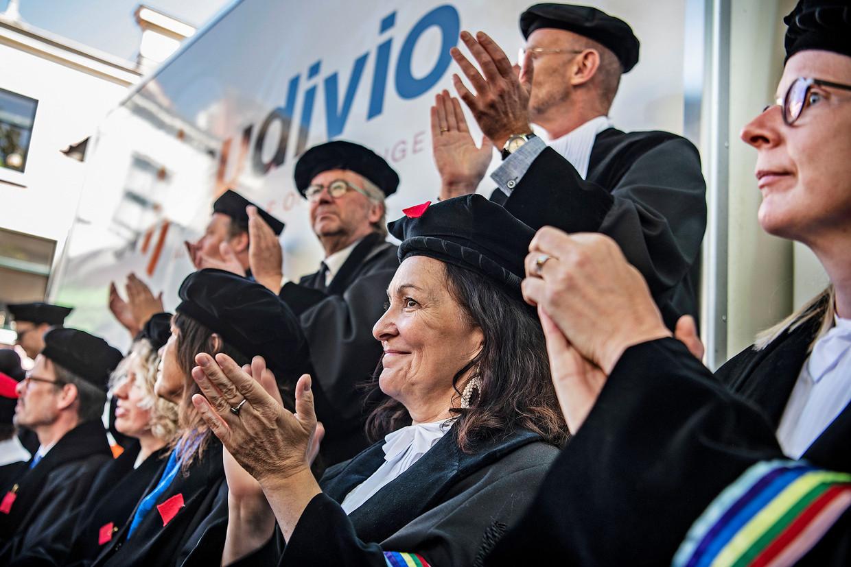Op de alternatieve opening van het academisch jaar op het Gerechtsplein in Leiden applaudisseren hoogleraren voor sprekers die de regering hard aanvallen om de in hun ogen desastreuze ontwikkelingen op de universiteiten. Beeld Guus Dubbelman / de Volkskrant