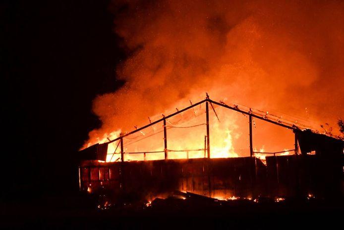 Al na tien minuten stond de hele loods in brand.