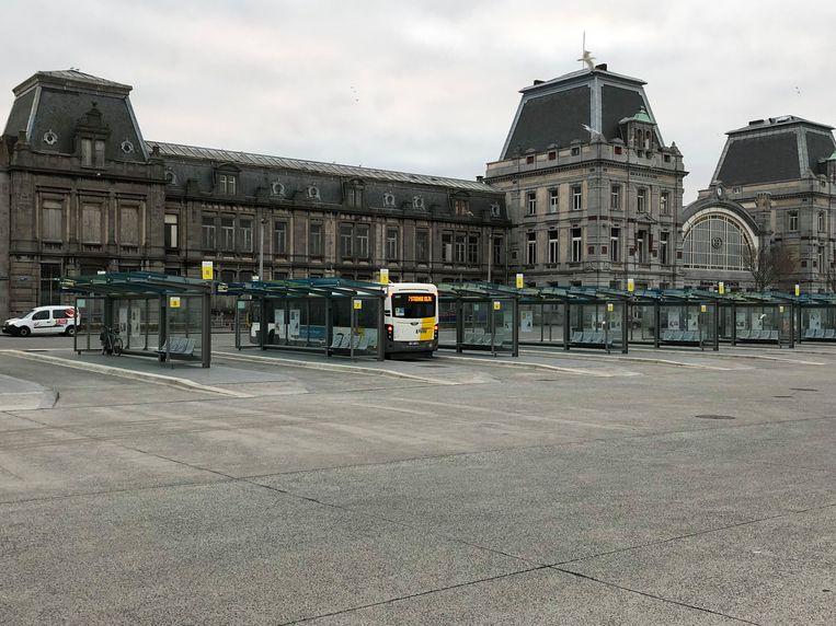 Een eenzame bus aan het station van Oostende