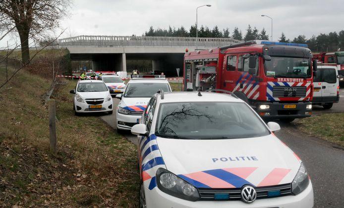 Politie-auto's op de plaats waar op 22 maart Henk Baum werd vermoord.