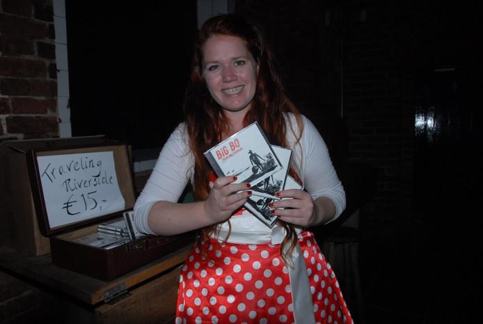 De in een petticoat gestoken Vera van Faasen, verantwoordelijk voor het management, verkocht de nieuwe cd Traveling Riverside