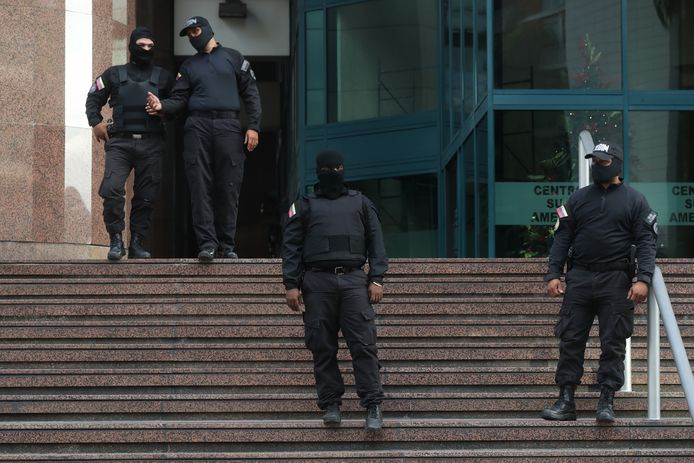 Veiligheidstroepen buiten het kantoor van Guaidó.