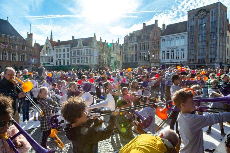 Zo'n 200 mensen bliezen erop los op de Markt in Brugge.