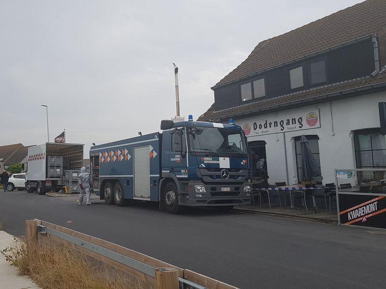 De civiele bescherming aan het werk bij café Dodengang in Kaaskerke bij Diksmuide, waar de politie een drugslab ontdekte.