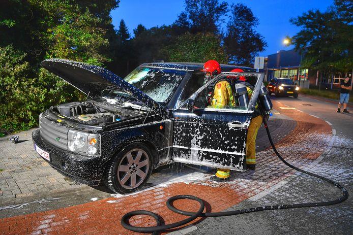 Range Rover brandt uit aan de Stökskesweg in Bergeijk.