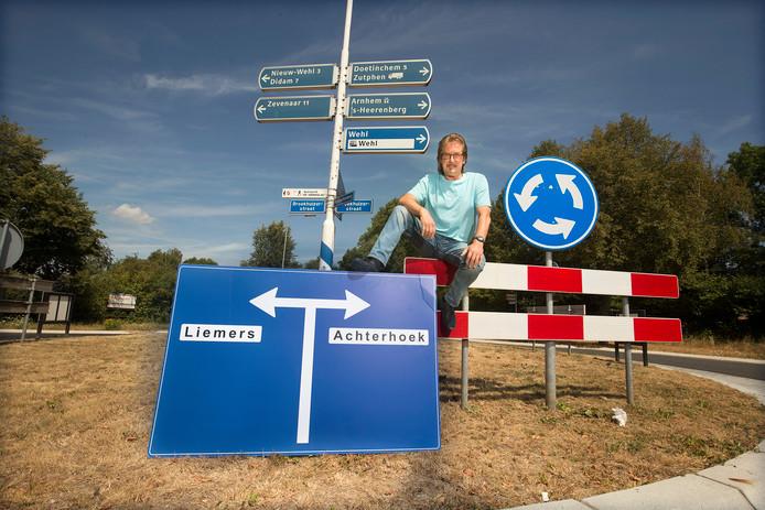 Joop Boxstart, op een herkenbaar stukje Wehl. ,,Dit is een mooi en keurig dorp. Er gebeuren geen gekke dingen.''