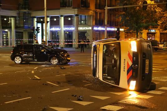 Politiebusje op zijn kant.