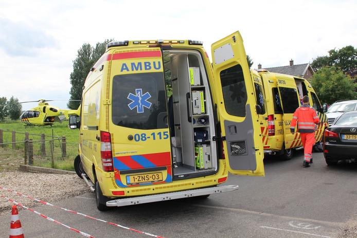 Voor het ongeval op de Voorstraat in Lienden werden twee ambulances en een traumahelikopter opgeroepen.