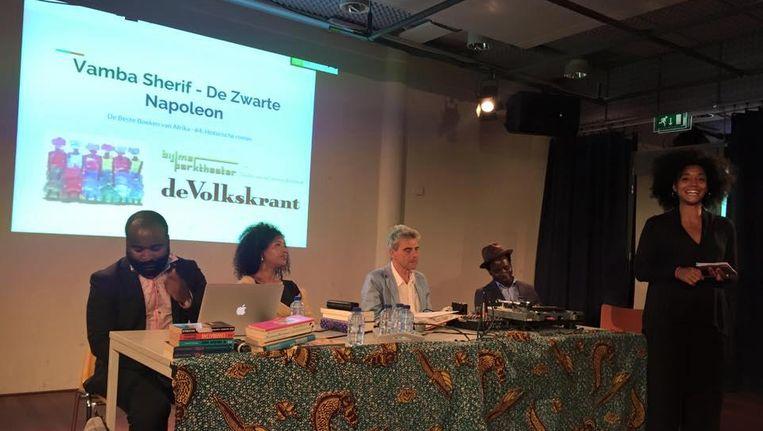 Ama van Dantzig (rechts) opent 'De beste boeken van Afrika' in het Bijlmer Parktheater. Achter de tafel vlnr: Kiza Magendane, Yasmine Allas, Wim Bossema en gast Vamba Sherif. Beeld Lonneke van Genugten