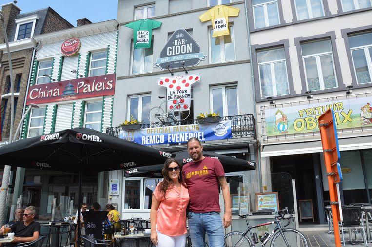 Frederik en Els van Bar Gidon op de Markt in Geraardsbergen zijn klaar voor de passage van de Tour de France.