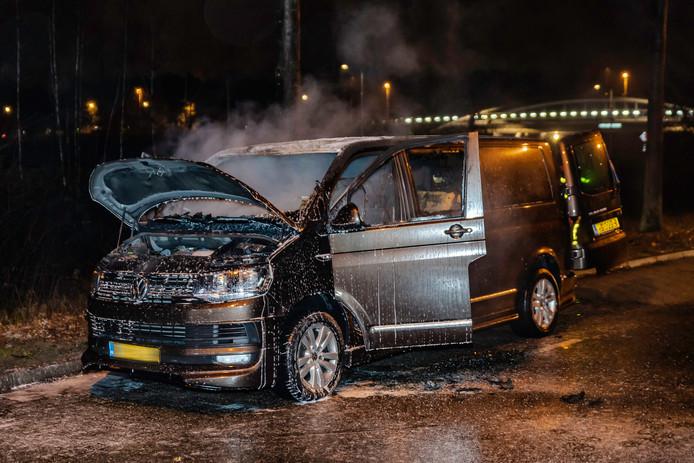 Bestelbus in brand in Tilburg.