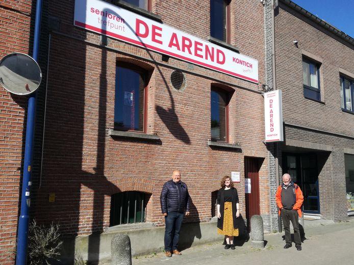 De nieuw banner aan de gevel van het seniorenlokaal De Arend. Links: schepen voor Senioren Luc Abrams.