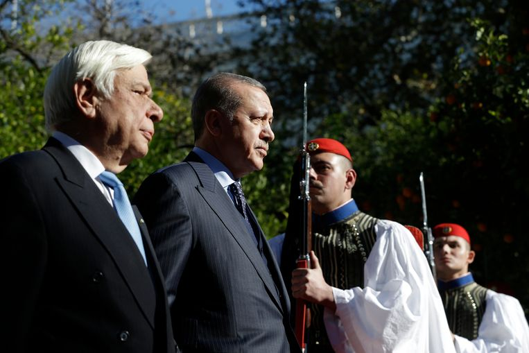 De Griekse president Prokopis Pavlopoulos en zijn Turkse ambtgenoot Recep Tayyip Erdogan schouwen de Presidentiële Wacht tijdens de welkomstceremonie in Athene.