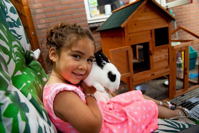 Aalisiya Konijnenberg  (4) met konijn Elsa. Haar andere konijn Anna, die sinds juni spoorloos was, is in brand gestoken en gevonden door de politie. Moeder Samyra is nog té ontdaan van de gruweldaad en wil daarom niet op de foto.