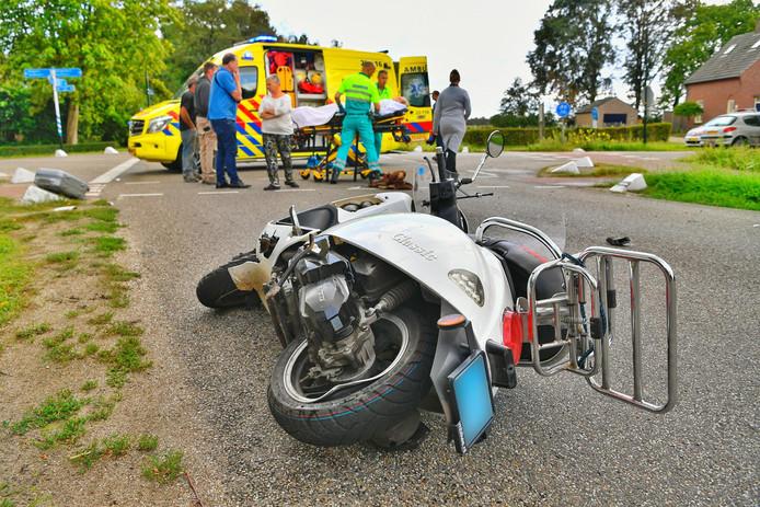 Scooterrijdster gewond na botsing met auto in Hoogeloon.