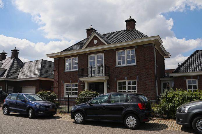 Een woning aan de Angelenweg in Oss wordt doorzocht.