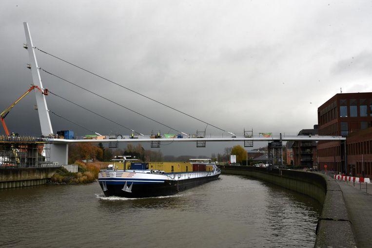 De nieuwe voetgangersbrug wordt opgehangen aan vier kabels vanaf een 45 meter hoge pyloon.