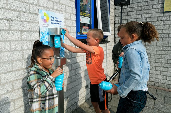 Het watertappunt wordt in gebruik genomen door leerlingen van Geert Groote.