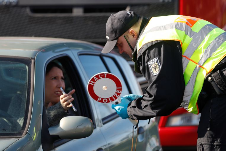 Archieffoto uit maart van de Frans-Duitse grens. Een Duitse politieagent controleert binnenkomende automobilisten.  Beeld AP