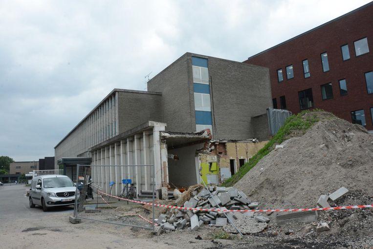 Nu de ingang verplaatst is naar de kant van de Oude Zandstraat kan eindelijk de laatste oude vleugel van het ziekenhuis gesloopt worden.