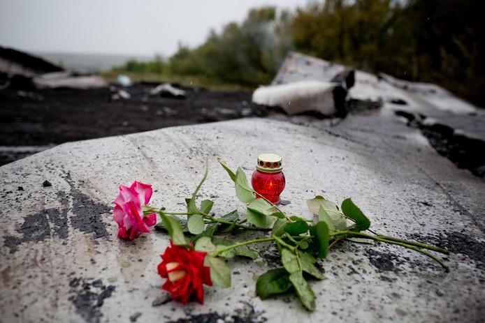 Bloemen en een kaars op de plek waar het vliegtuig neerkwam.