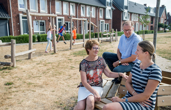 Leden van wijkvereniging in nieuwe speeltuin aan de prinsenhof. (vlnr) Wilma Gouverneur, Koos Kroot en Theresui Kvitta.