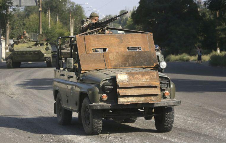 Een jeep van de rebellen met zelfgemaakte bepantsering, op 17 augustus in Krasnodon. Beeld ap