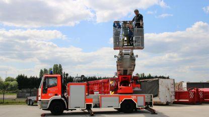 Leerlingen genieten van uitzicht in ladderwagen van de brandweer